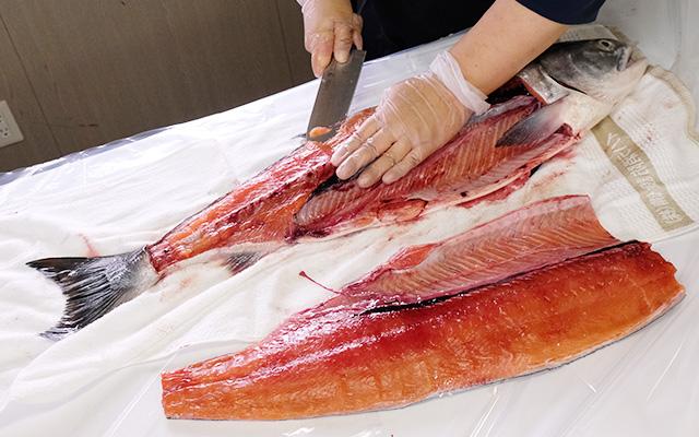 めじか鮭身と骨の間に包丁を入れ尾から頭に向け切り分けていきます。。