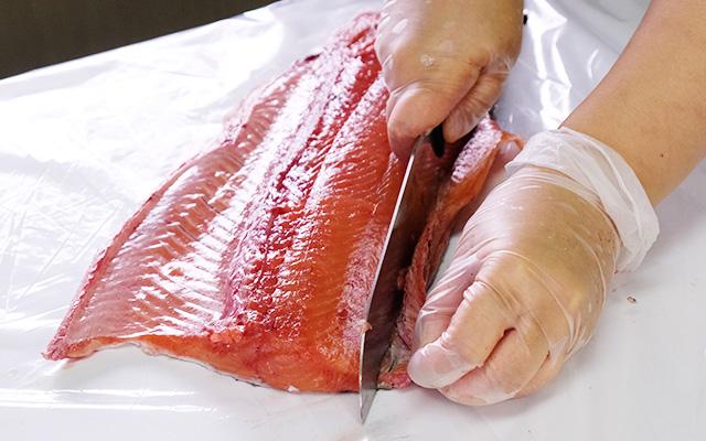 めじか鮭の背びれを切り落とします。
