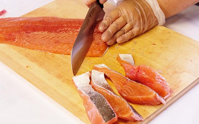 焼き鮭用にお好みの大きさに切り分けていきます。