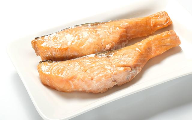 焼き鮭用にめじか鮭を切り分けます。