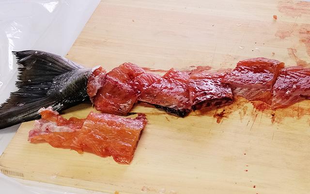 めじか鮭を3枚におろした時の残った中骨を使います。