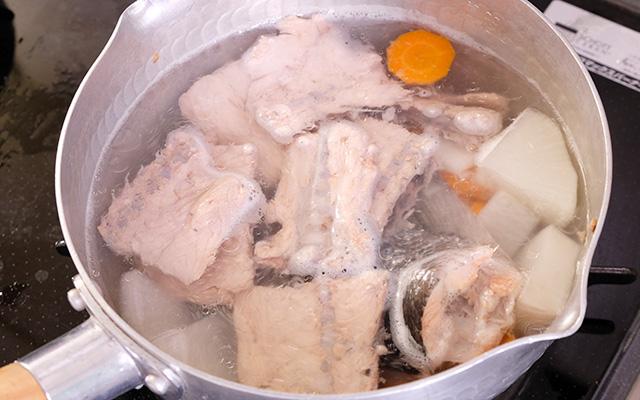 野菜とカットした中骨や尾びれを一緒に煮込みます。