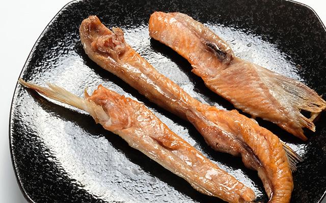 めじか鮭の半身を切り分けます。