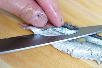 秋刀魚(さんま)をお刺身にカットします。